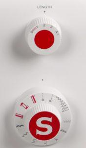 photo des boutons de réglage de la machine à coudre Singer Initiale